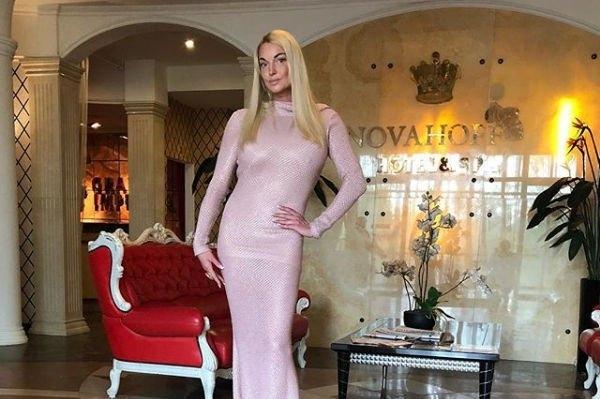 """Анастасия Волочкова села на очередной шпагат на """"железном коне"""""""