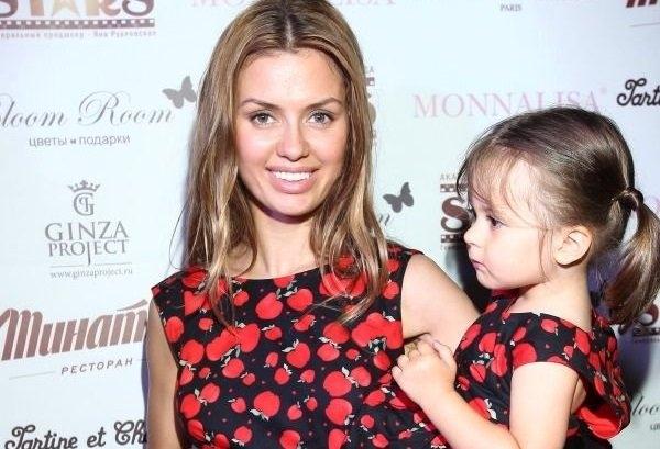 Слишком сексуальная фотография Виктории Бони с дочкой Анджелиной вызвала шквал критики