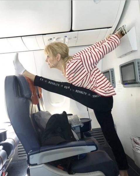 Валерия хвастается своей растяжкой будучи в салоне самолета
