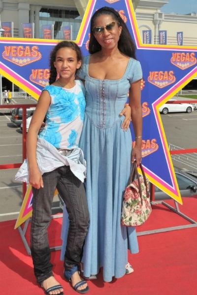 Елена Ханга корит себя за мягкость с дочерью