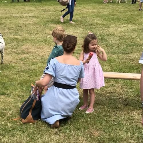 Кейт Миддлтон с детьми на скачках в Норфолке