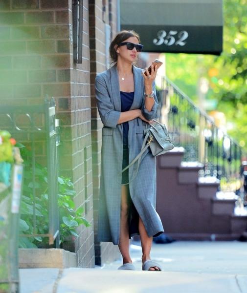 Ирину Шейк запечатлели в Нью-Йорке в весьма необычных нарядах