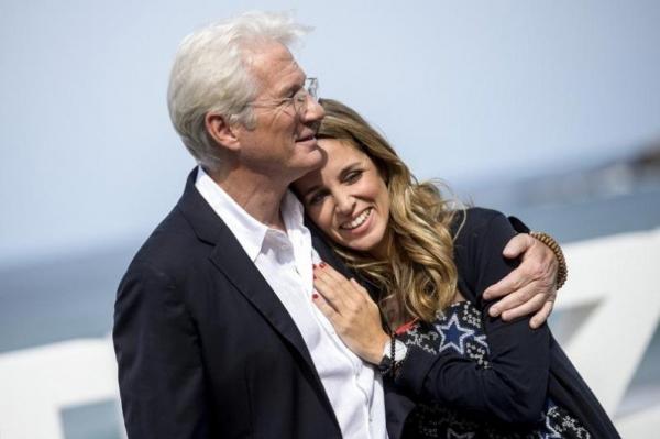 68-летний Ричард Гир женился на 35-летней возлюбленной