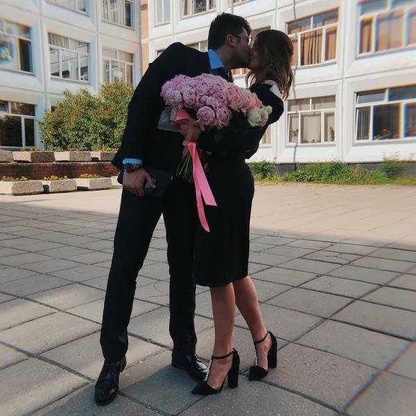 Саша Стриженова слилась в страстном поцелуе с бойфрендом на школьном празднике