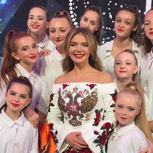 В сети обсуждают необычный наряд Алины Кабаевой