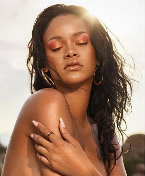 Рианна снялась топлес для рекламы своей линии косметики
