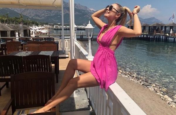 Наталья Рудова чуть не потеряла верх от купальника на отдыхе в Турции