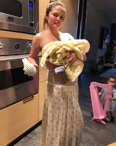 Крисси Тейген впервые показала снимок новорожденного сына