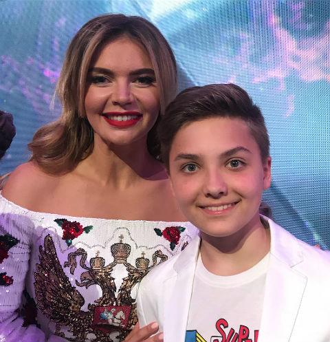 Алина Кабаева обнажила плечи на детском фестивале