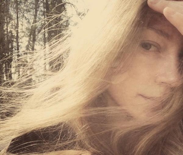 Светлана Ходченкова обновила Инстаграм фотографией без грамм макияжа