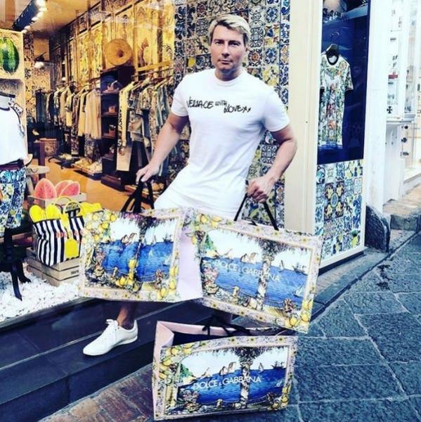 Отпускные снимки Николая Баскова вызвали возмущение поклонников