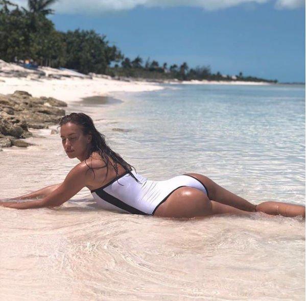 Пляжный снимок Ирины Шейк привел в восторг ее поклонников