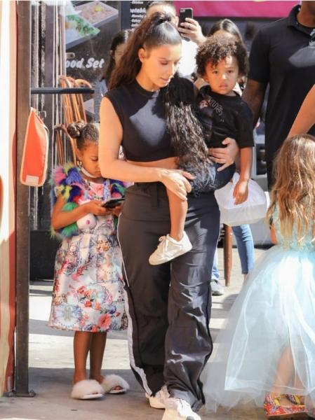 Ким Кардашьян уже водит детей в модельную школу