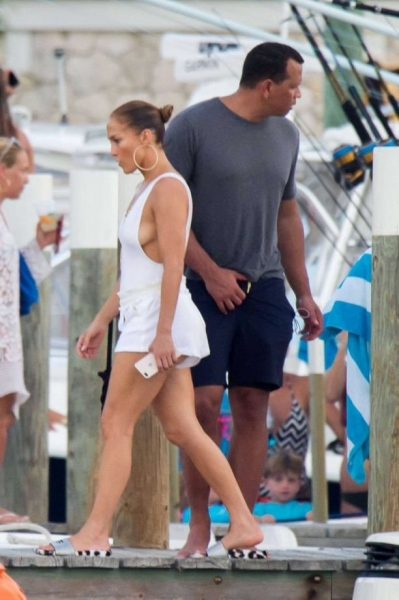Дженнифер Лопес появилась на Ибице без белья и косметики