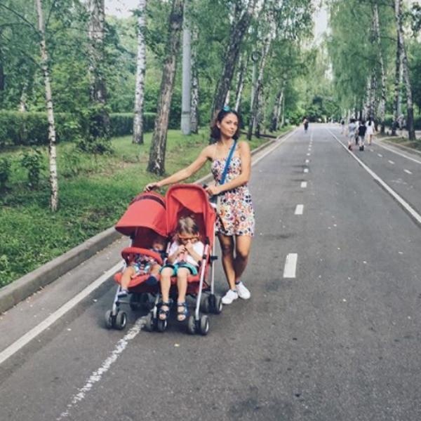 Насилие бойфренда, битва за алименты: экс-солистка «Сливок» вернулась в Россию
