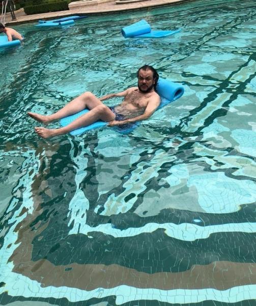 Хмурое лицо Филиппа Киркорова на снимке в одних плавках напугало его фанатов