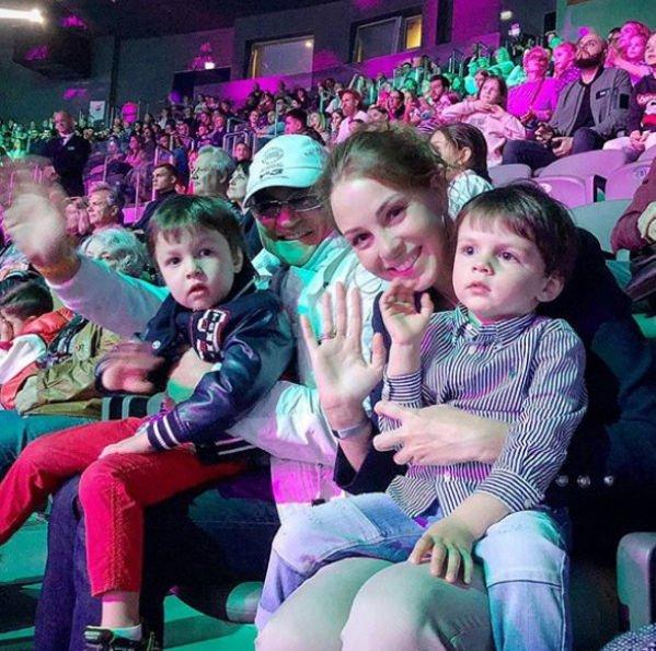 Полина Диброва с детьми с трудом прошла паспортный контроль