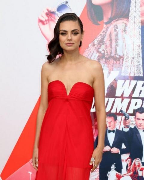 Мила Кунис едва не осталась без платья-бюстье из-за маленькой груди