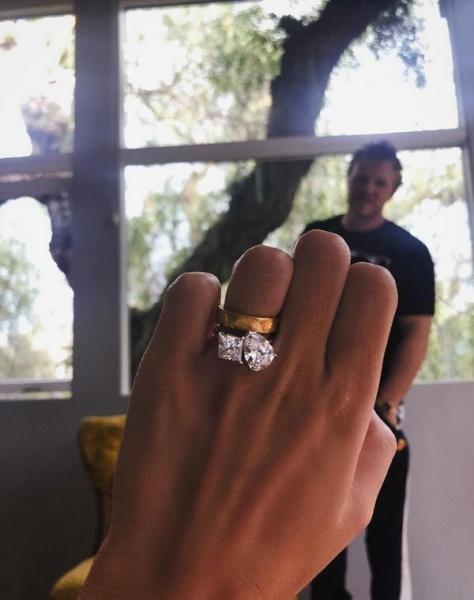 Эмили Ратаковски впервые похвасталась своим помолвочным кольцом
