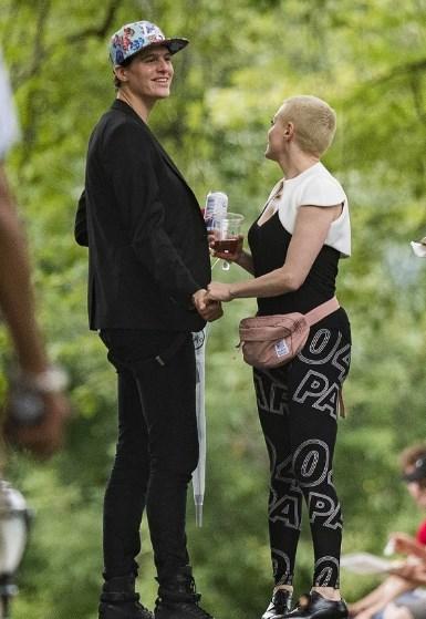 Роуз Макгоуэн встречается с моделью-андрогином