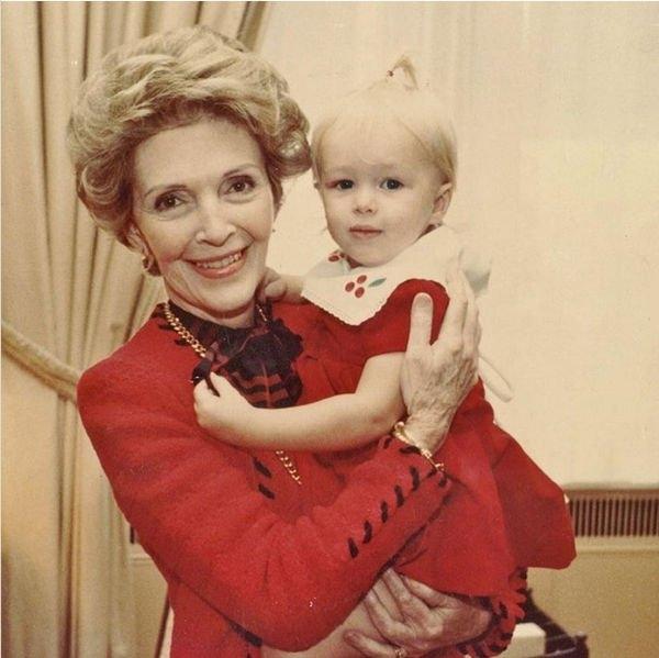 Поклонники удивились тем, на чьих руках запечатлена Пэрис Хилтон на детском фото
