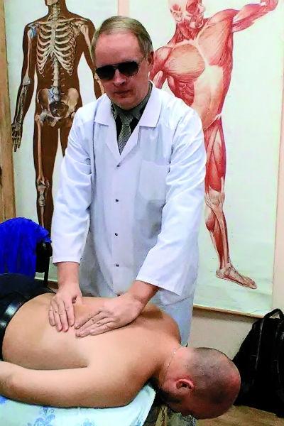 Слепой массажист лечит детей саутизмом