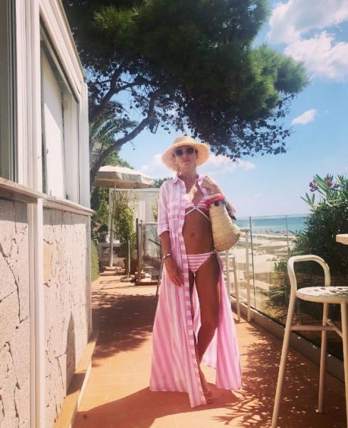 Татьяна Навка поделилась снимком в розовом бикини
