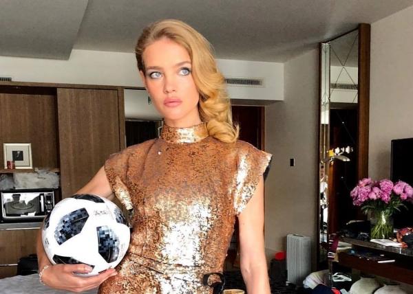 Наталья Водянова показала фото в алом бикини и рассекретила свою диету
