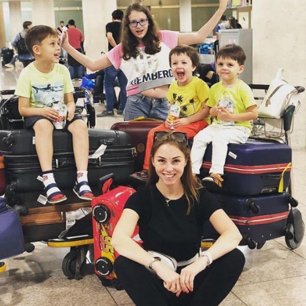 Полину Диброву с детьми задержали на паспортном контроле
