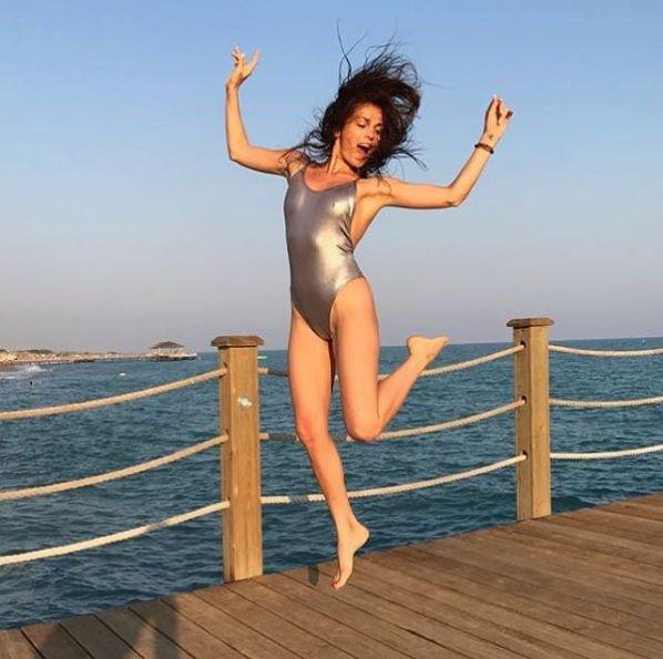 Сати Казанова показала стройную фигуру в серебристом купальнике