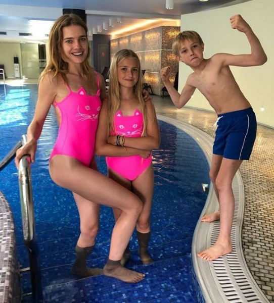 Наталью Водянову не узнали на фото с 12-летней дочерью