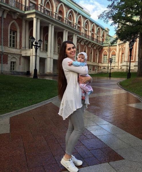Ольга Рапунцель впервые опубликовала фото, на котором можно рассмотреть лицо ее дочери
