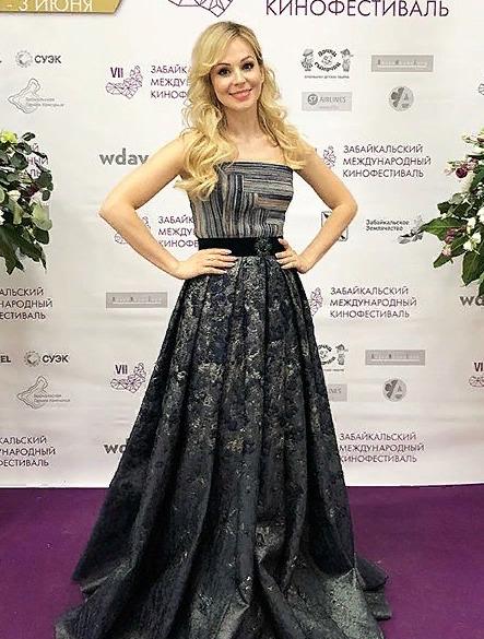 Звезда шоу «6 кадров» вышла замуж за французского бизнесмена