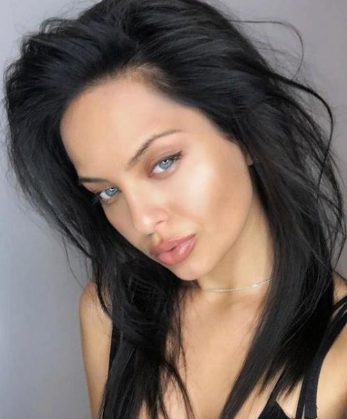 Двойник Анджелины Джоли променяла ребенка на работу