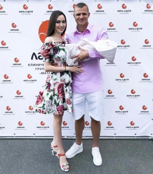 Дмитрий Тарасов встретил супругу и новорожденную дочку из роддома