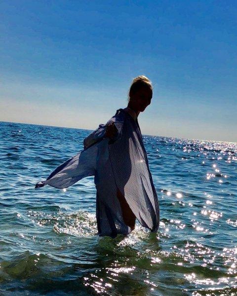 Екатерина Вилкова показала фигуру на пляжных фото с супругом и детьми