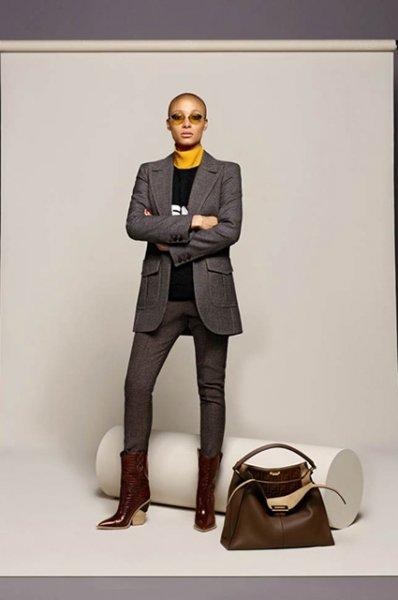 """Новый логотип Burberry, """"космическая"""" Милла Йовович и перемены в Vogue: что еще обсуждали в моде на этой неделе"""