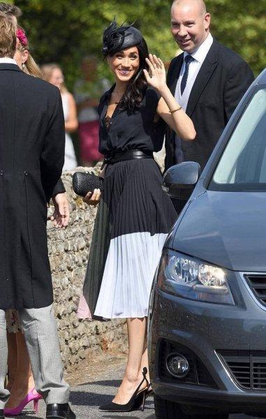 Папарацци заподозрили беременность у странно одетой Меган Маркл