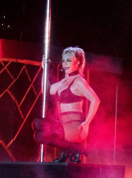 У Бритни Спирс во время концерта между ног лопнули колготки