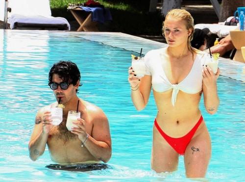Софи Тернер и Джо Джонас в бассейне