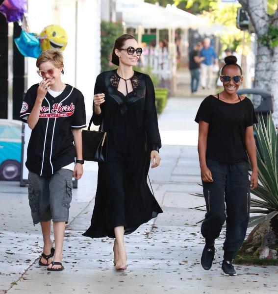Дочь Анджелины Джоли и Брэда Питта удивила сеть своей покупкой в строительном магазине