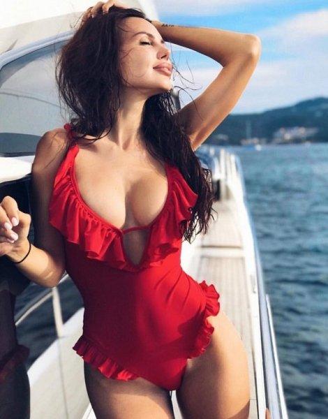 Оксана Самойлова разместила ошеломительно горячий снимок в эротичном купальнике