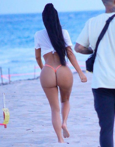 Ким Кардашьян засветила нижнее белье на вечеринке