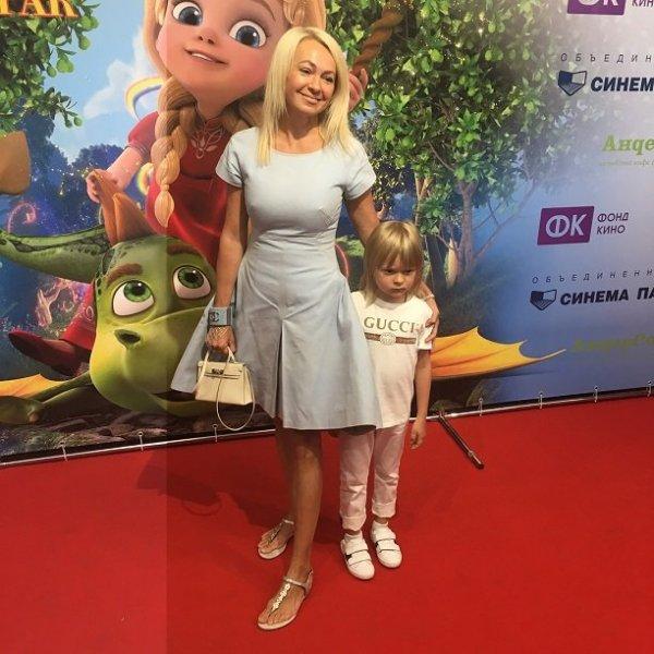 Яна  Рудковская удивила размером попы
