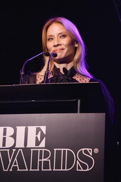 Люси Лью стала блондинкой и удивила новым образом на церемонии вручения премии Obie Awards
