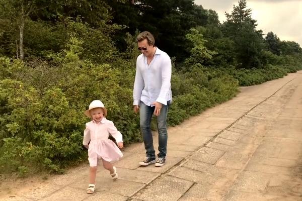 Двухлетняя дочь Сергея Безрукова дебютировала в клипе отца