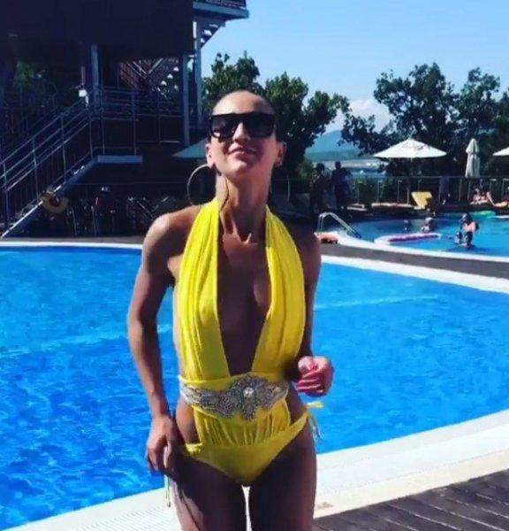 Ольга Бузова ошарашила откровенными фото в жёлтом купальнике