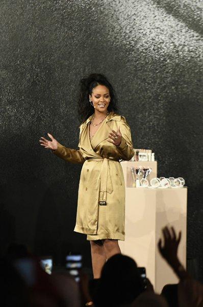 В золотом тренче и с кисточкой в руках: Рианна продемонстрировала навыки визажиста