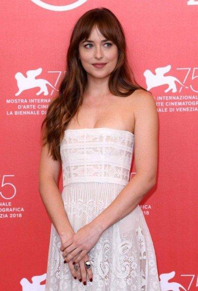 Дакота Джонсон покорила видом в прозрачном белом платье в Венеции