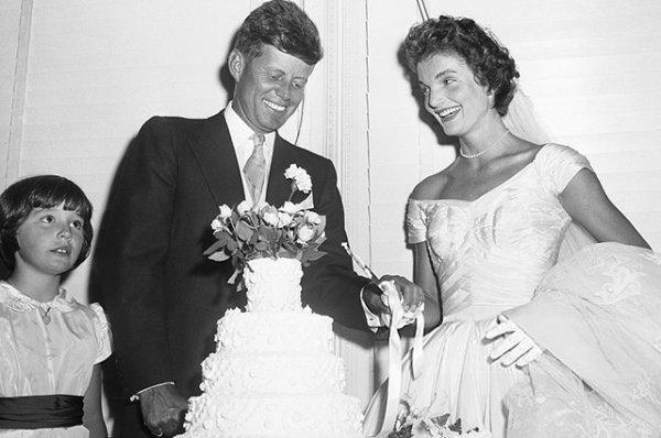 Минутка ретро: как свадебное платье Жаклин Кеннеди было безнадежно испорчено за десять дней до ее бракосочетания